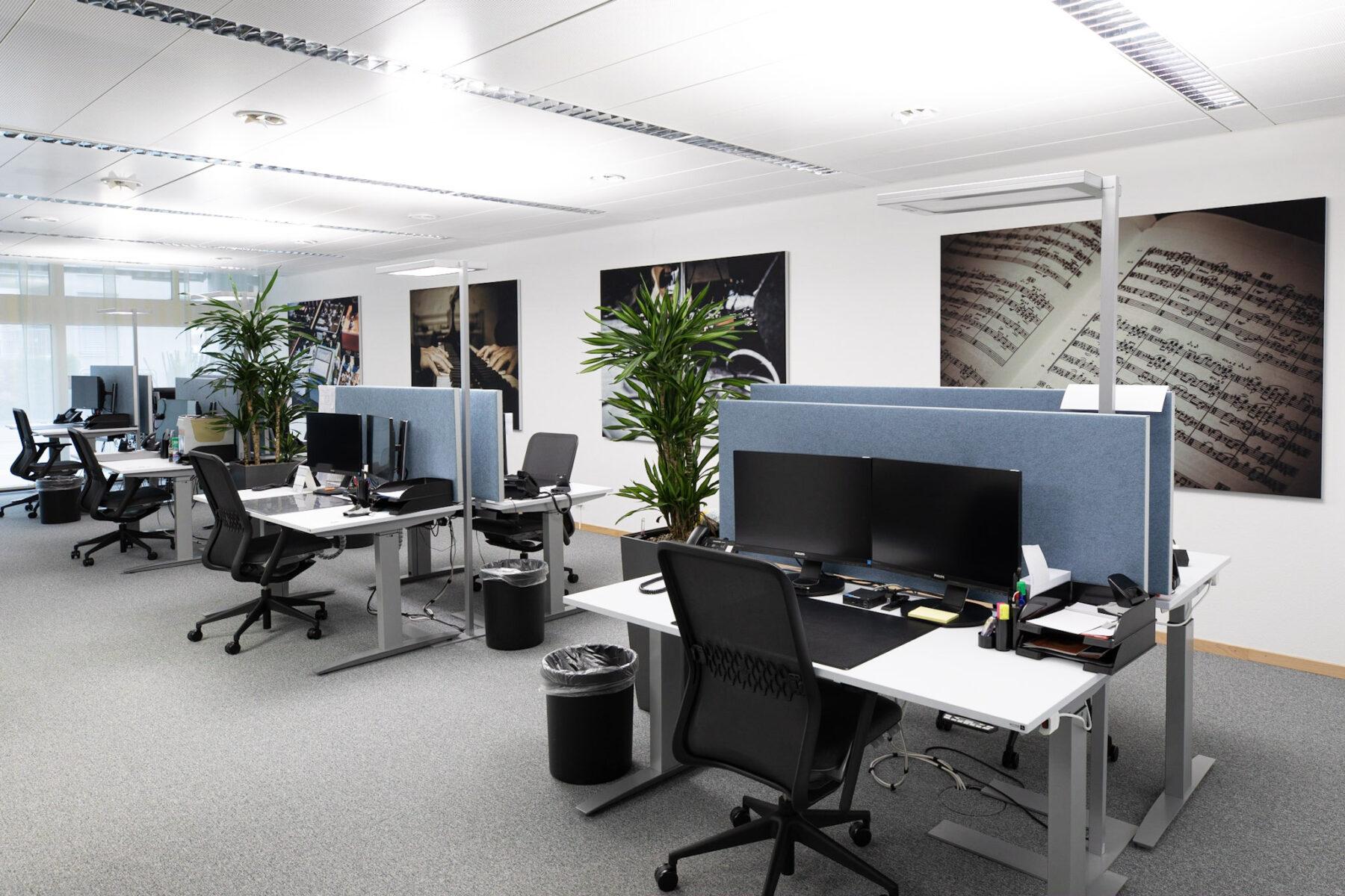 Referenz SUISA - Akustiklösungen für Ihr Büro mit Stellwänden, Schreibtischtrennwand, und Schallabsorber Wand von Preform