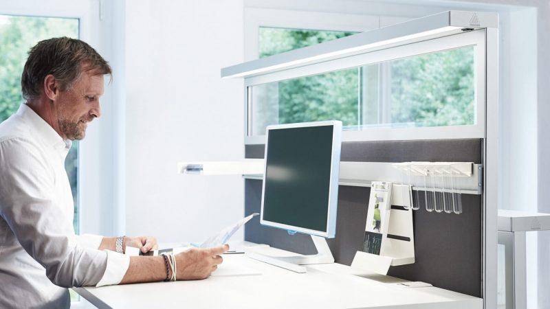 Schallschutz am Schreibtisch mit Schreibtischtrennwand und integrierter Arbeitsplatzbeleuchtung von Preform