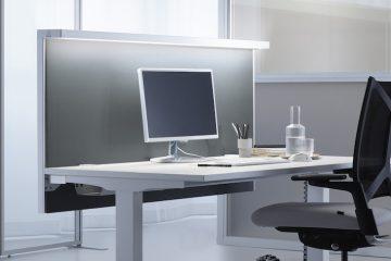 Decato Modul Schreibtischtrennwand mit der AWL Leuchte für eine bessere Beleuchtung am Arbeitsplatz und Schallschutz im Büro