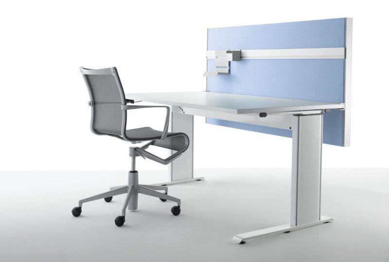 Schallschutz am Schreibtisch mit der eckigen Schreibtisch Trennwand von PREFORM
