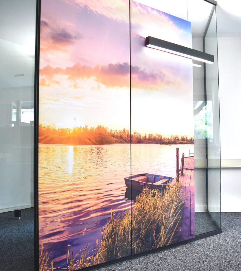 PreGlass Glas Trennwand Raum in Raum System mit Schallabsorber Wand mit Motivdruck für Schallschutz im Büro